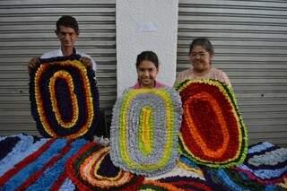 Tapetes feitos de malha são vendidos como artesão aprendeu, em família.