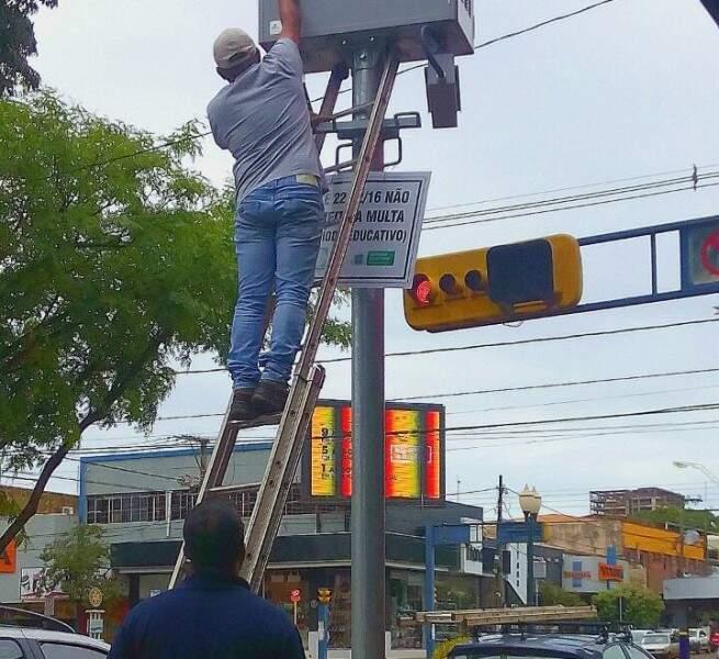 Técnicos ativam radar em semáforo de Dourados (Foto: Eliel Oliveira)