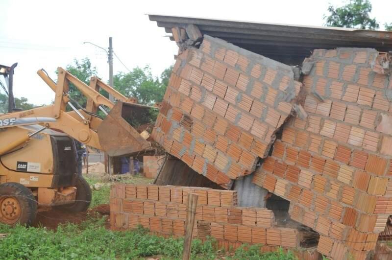 Casas que estiverem sem ninguém no local já estão sendo derrubadas. (Foto: Alcides Neto)