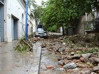 Sujeira e estragos causados pela chuva em Corumbá (Foto: Anderson Gallo/Diário Corumbaense)