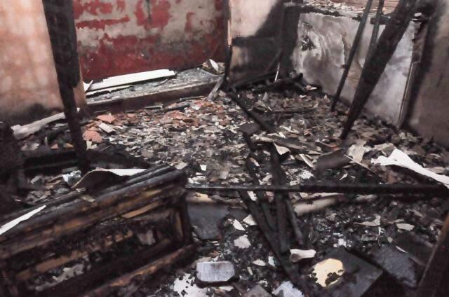 A sala de visitas em que o incêndio começou ficou completamente destruída (Foto: Paulo Francis)