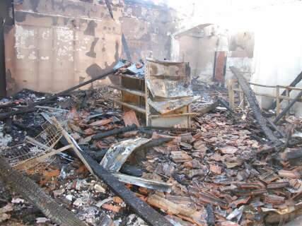 Entre lamentos e lágrimas, comerciantes calculam prejuízo de incêndio