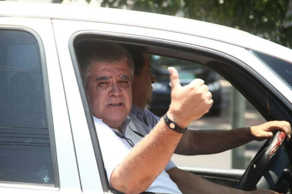 Marun, já no carro, a caminho da casa de Puccinelli (Foto: Marcos Ermínio)