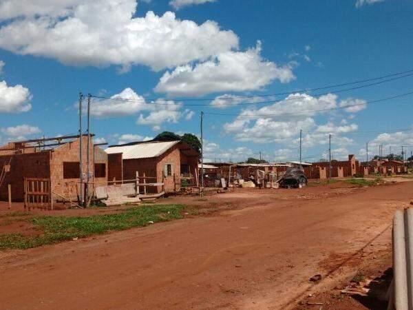 A estimativa dos moradores é de que tenham sido iniciadas 70 casas no loteamento. Todas estão pela metade. (Foto: Adriano Fernandes)