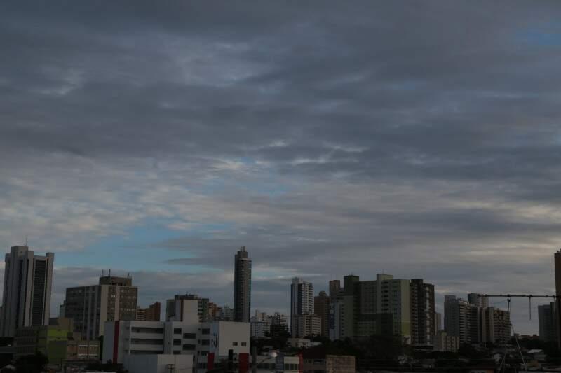 Dia amanheceu nublado, mas previsão é de sol. (Foto: Fernando Antunes)