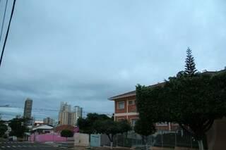 O dia amanheceu com céu fechado em Campo Grande. (Foto: Marcos Ermínio)