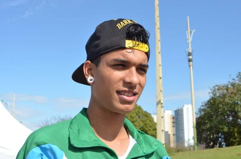 Mateus Espíndola, 18 anos, sonha ser atleta profissional e vencer a Corrida São Silvestre (Foto: Vanessa Tamires)