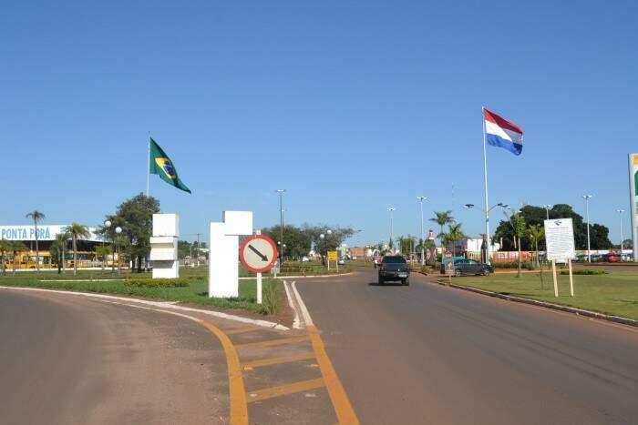 Avenida separa os países com Ponta Porã, no Brasil, de um lado, Pedro Caballero, no Paraguai, do outro (Foto: Tião Prado)