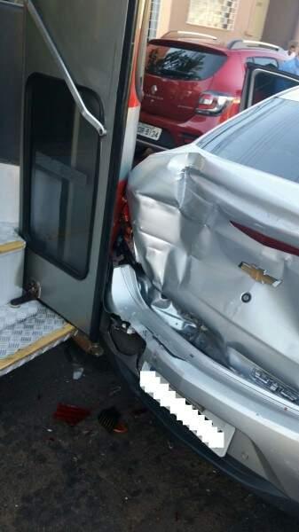 Um dos carros que foi atingido pelo ônibus. (Foto: Direto das ruas)