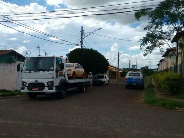 Veículo foi encontrado abandonado e levado pela Polícia Militar (Foto: Direto das Ruas)