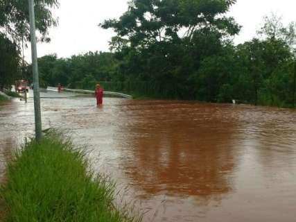 Menino de 12 anos é arrastado pela correnteza do Córrego Imbirussu
