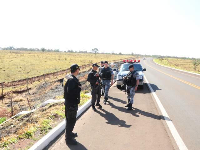Policiais estão no local onde corpos foram encontrados (Foto: Rodrigo Pazinato)