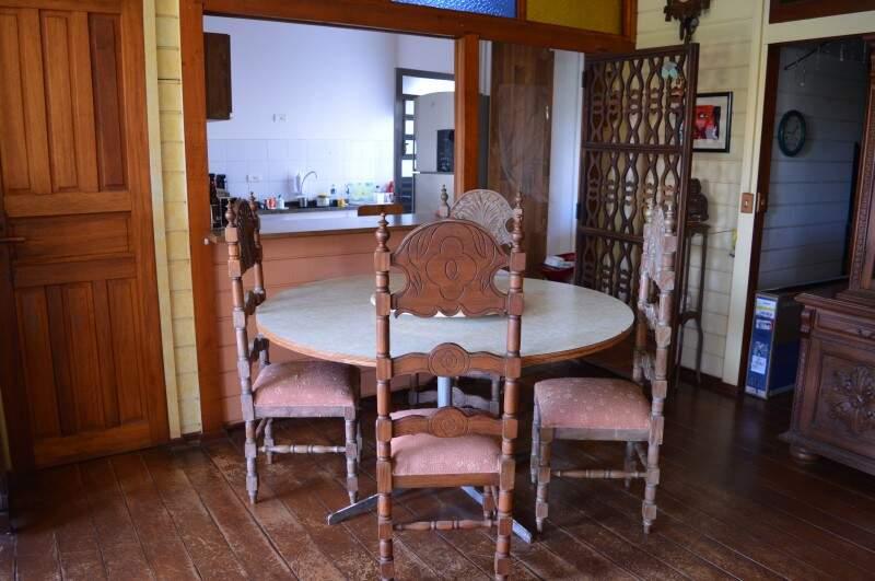 Cozinha e sala são confortáveis e mostram um pouco de como era a casa antes (Foto: Naiane Mesquita)
