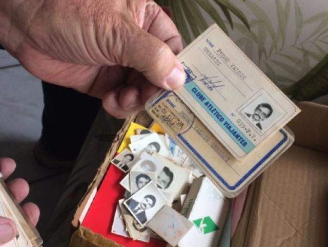 Pedro guarda fotografias e carteirinhas antigas do clube.