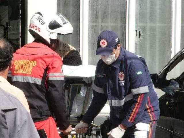 Bombeiros e Samu atendendo uma das vítimas baleadas (Foto: Marcos Ermínio)