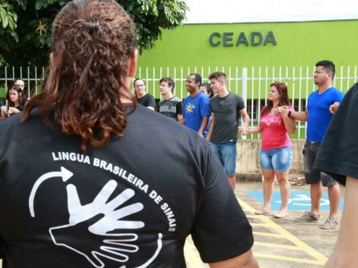 Pais e alunos deram as mãos em protesto em frente ao Ceada. (Foto: Marcos Ermínio)