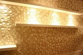 Detalhe da parede com tubos de PVC.