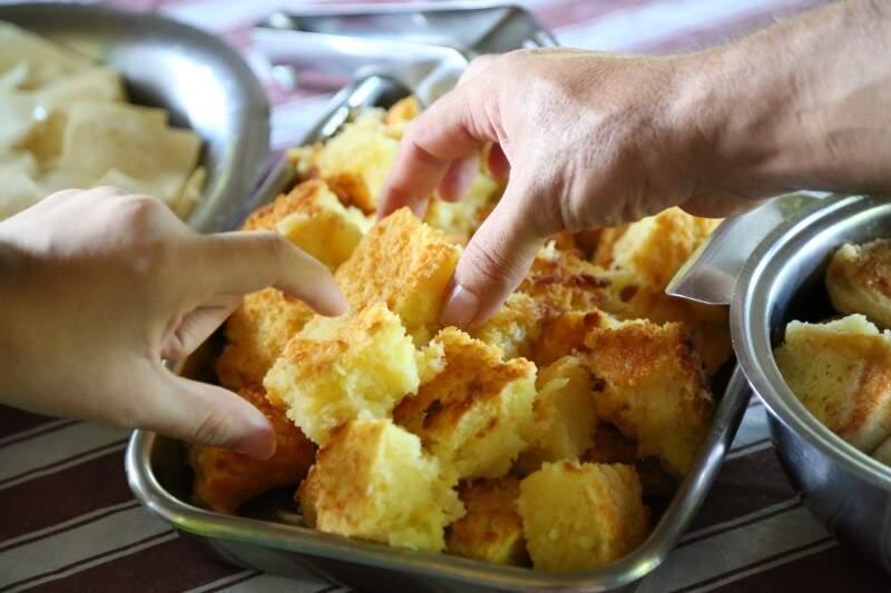 Para chegar quentinho à mesa, bolo começa com mandioca ralada um dia antes. (Foto: Marcos Ermínio)