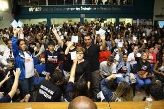 Em assembleia, professores decidiram manter movimento. (Foto:Marcos Ermínio)