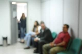 Testemunhas participam de audiência hoje e, temerosas, não querem mostrar os rostos. (Foto: Marcos Ermínio)