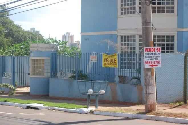 Placas e faixas anunciam imóveis à venda em várias regiões da cidade. (Foto:Luciana Brazil)