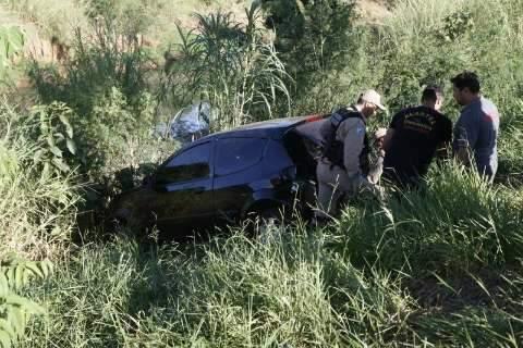 Acidente envolveu três carros e um caiu no barranco do Rio Anhanduí