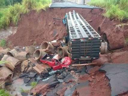 Passageiro e dez bois morrem após caminhão cair em cratera na MS-475