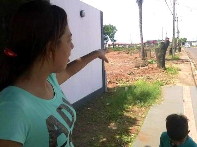 Moradora de um condomínio vizinho ao terreno reclama da 'atrocidade' cometida com as árvores. (Foto: Richelieu de Carlo)