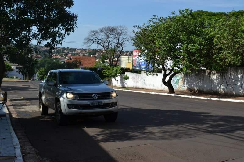 Caminhonete parada na rua Bahia, com motor e faróis ligados.