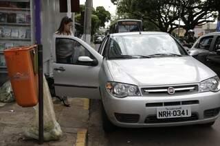 Fran explica que parou em frente a rampa pois é reservado para clientes da farmácia onde ela iria. (Foto: Cléber Gellio)