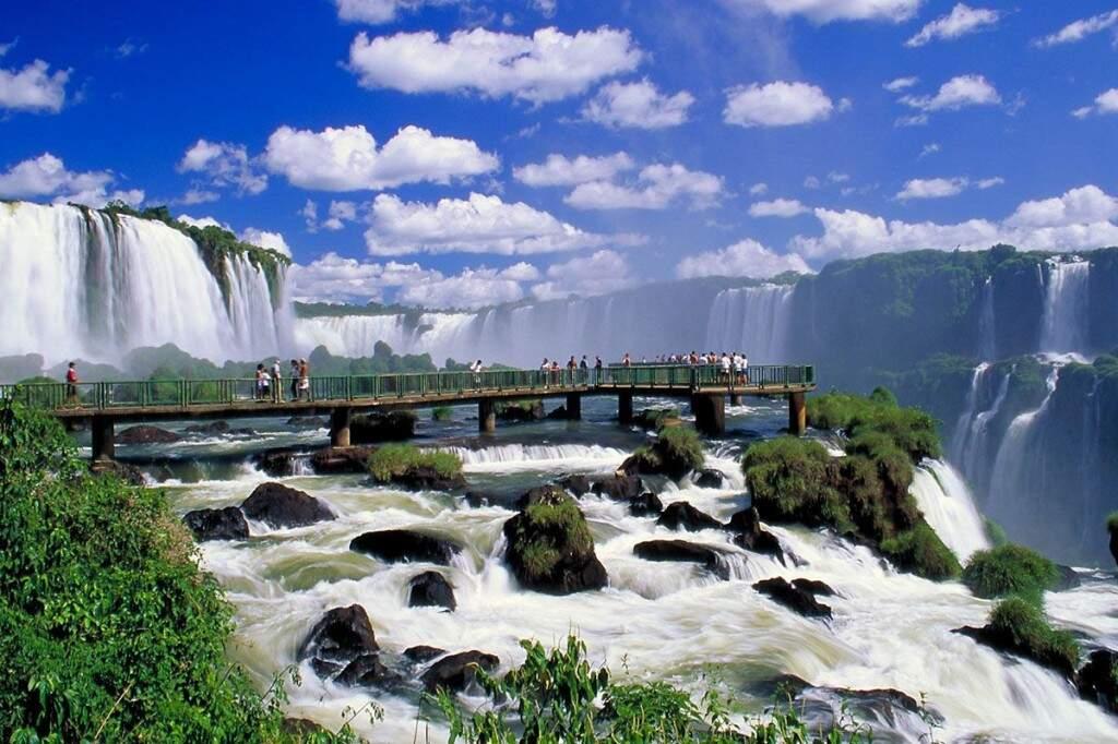 Principal atrativo de Foz do Iguaçu, as Cataratas formam um complexo de 275 quedas d'água em uma extensão de 5 km no Rio Iguaçu, na fronteira com a Argentina (Foto: Reprodução)