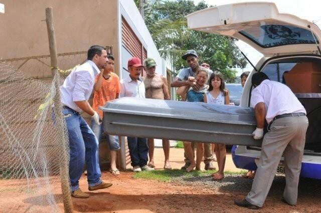 Equipe retira corpo de vítima de assassinato ocorrido 2017, em Campo Grande. Cidade registrou redução nos números em 2017. (Foto: Arquivo/Campo Grande News)