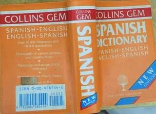 Dicionário espanhol-inglês que comprei achando que fosse português-inglês. Guardo como troféu pela falta de atenção (Foto: Arquivo pessoal)