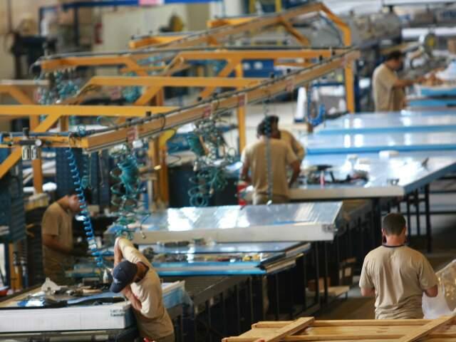 Unidade em Aparecida do Taboado produz 100 mil m² de divisórias por mês.