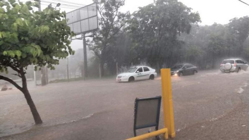 As Ruas Joaquim Murtinho e Fernando Corrêa da Costa ficaram tomadas pela água, que invadiu o estacionamento do supermercado. (Foto: Amanda Bogo)