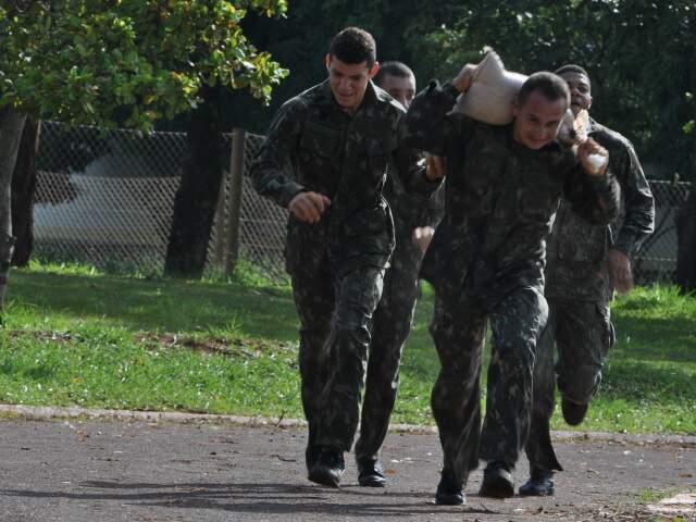 Militares participaram da Corrida do Pantaneiro. (Foto: Marlon Ganassin)