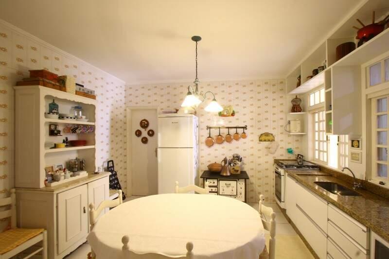 E na cozinha, fogão à lenha foi presente do sogro.