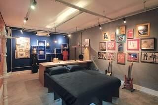 Quarto do Artista, com caixas na parede e cama projetada em MDF.