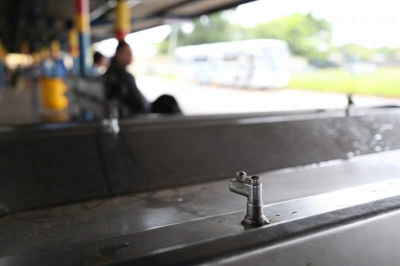 Bebedouro do Terminal Nova Bahia não funciona. (Foto: Marcos Ermínio)