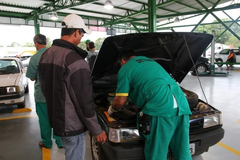Vistoria é exigida para veículos com mais de cinco anos de fabricação (Foto: Marcos Ermínio)