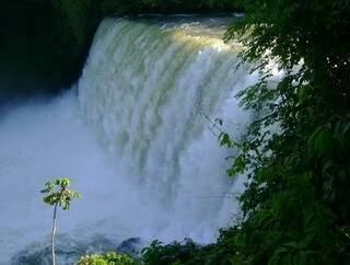 Um dos pontos turísticos da cidade é a Cachoeira Sumidouro.  A foto foi reproduzida do site flogao.