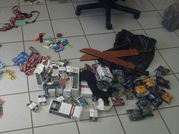 Entre o que havia sido levado pelos criminosos estavam pacotes de cigarro, balas, chicletes e dois facões. (Foto: Polícia Civil)