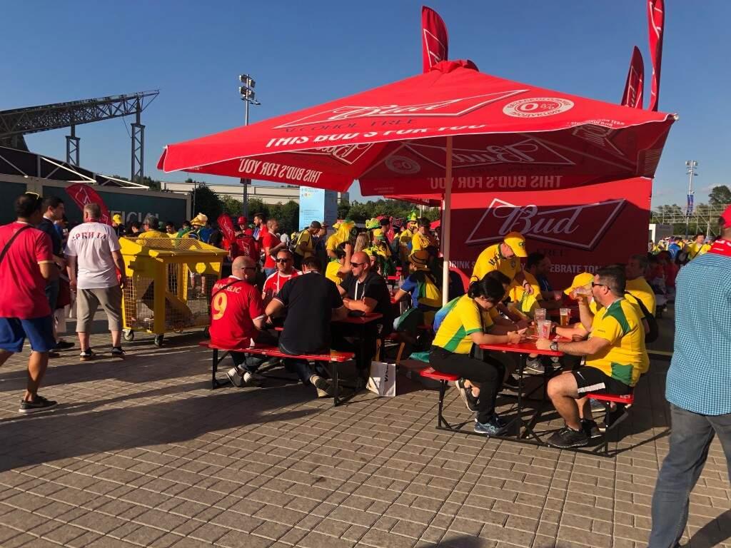 Os portões do estádio foram abertos às 18 horas, no horário da Rússia, e muitos torcedores foram para os bares próximos da área de acesso às arquibancadas (Foto: Paulo Nonato de Souza)