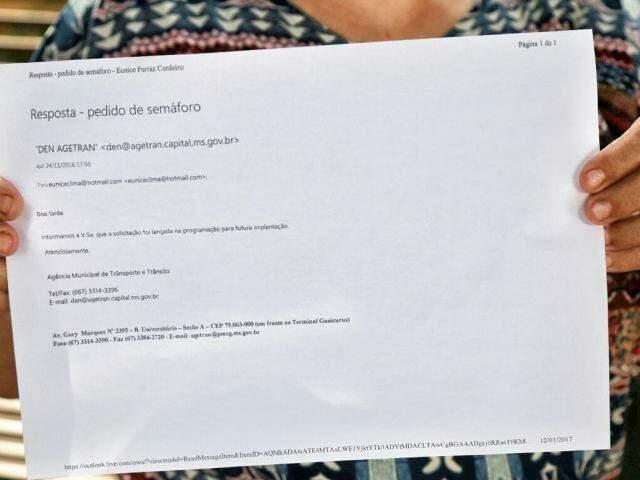 Moradora mostra a resposta que recebeu da Agetran sobre pedido de semáforo (Foto: Fernando Antunes)