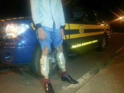 Com 2,2 quilos de cocaína preso nas pernas, jovem é preso na BR-436