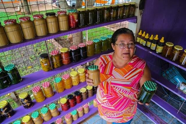 Eva tem orgulho de dizer que formou a filha com os doces vendidos na banca, onde está há 30 anos (Foto: Marcos Ermínio)