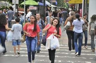Glenys e Suzete aproveitam o novo horário para fazer compras no centro (Foto: João Garrigó)