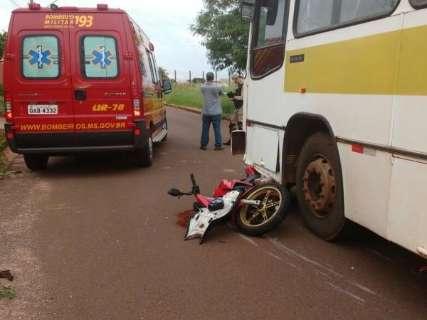 Motociclista vai parar debaixo de ônibus e sofre fratura exposta