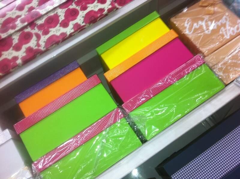 Caixas em diferentes tamanhos e cores no comércio de Campo Grande.