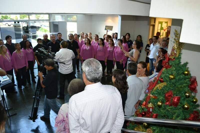 Coral apresenta repertório de musicas regionais e de natal aos servidores na governadoria (Pedro Peralta)